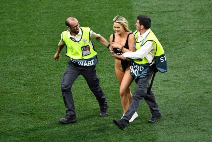 Torcedora invadiu o gramado na final da Liga dos Campeões