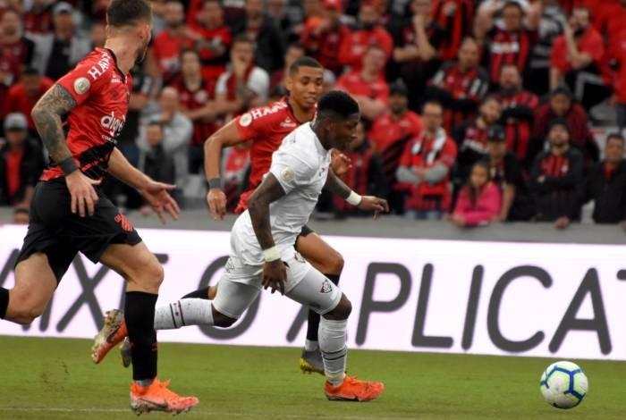 Yony González tenta levar o Fluminense ao ataque: time foi dominado pelo Athletico-PR