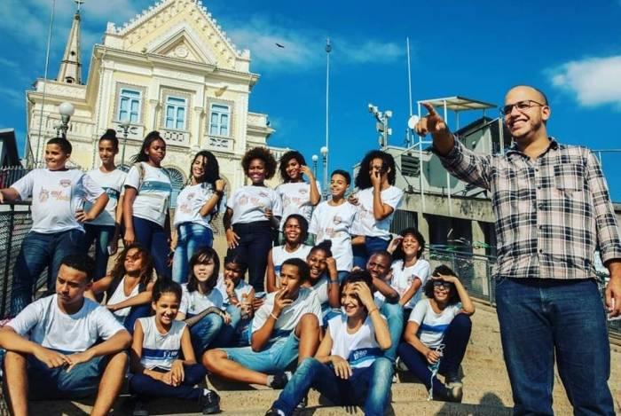 Professor Wander Pinto e alunos da Escola Municipal Bernardo de Vasconcellos organizam passeios pela Penha, valorizando a história do bairro
