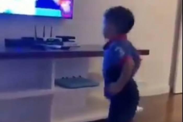 Filho de Cuéllar comemora gol do Flamengo contra o Fortaleza
