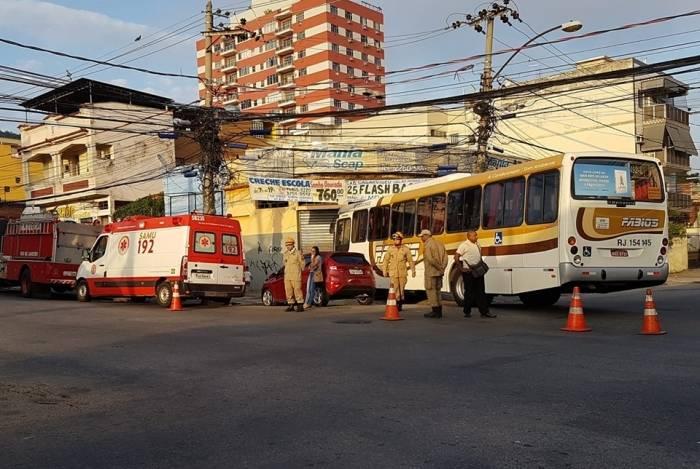 Ônibus invadiu calçada e atingiu oficina. Quatro pessoas ficaram feridas