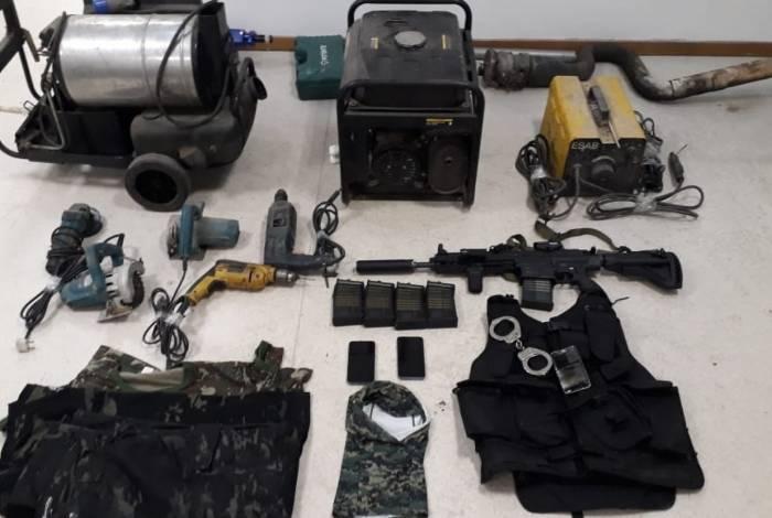 Agentes estiveram em três endereços, em Caxias. Foram encontrados geradores e uma réplica de fuzil