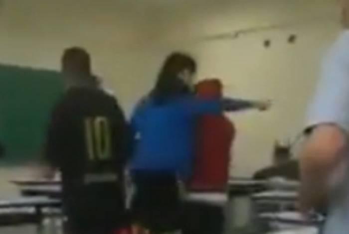 Estudantes atiraram carteiras e livros contra a professora