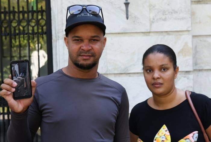 O mototaxista Fábio Santos com a mulher: sem FGTS e aluguel social