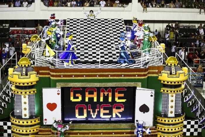 """Comissão de frente da São Clemente representava os dirigentes das escolas e o tripé """"game over"""" representava uma sala de reunião, onde foram discutidas as viradas de mesa do carnaval 2018"""