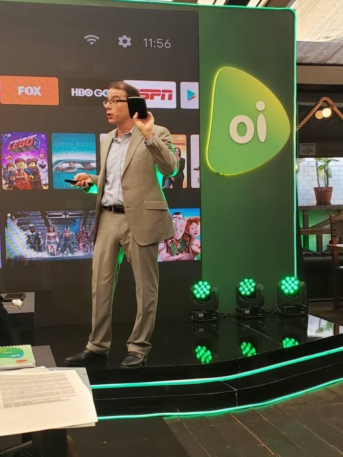 Roberto Guenzburger mostra a caixinha de streaming box