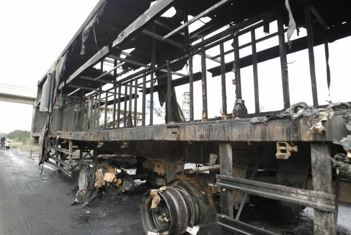 Caminhão que transportava cerveja pegou fogo e foi saqueado na Avenida Brasil