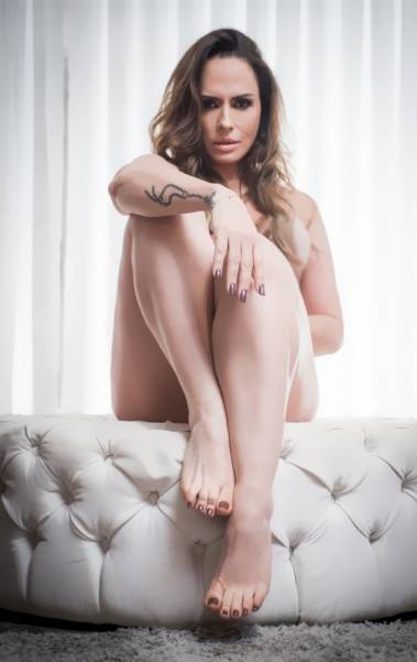 Núbia Oliiver posa para ensaio sensual e diz que já se relacionou com podólatras