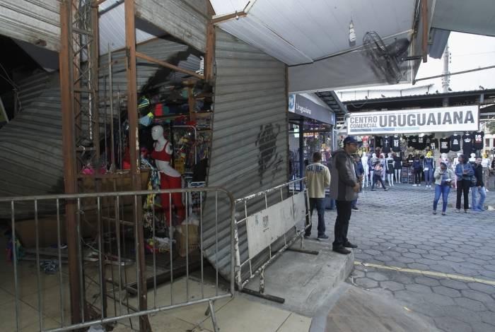Carro invade calçada e atinge loja do camelódromo da Uruguaiana.Uma loja teve a porta destruída pelo impacto da batida.