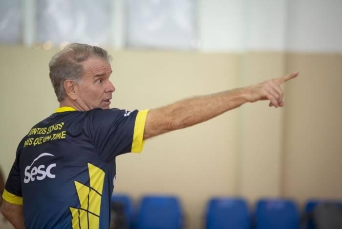 O técnico Bernardinho comanda o time feminino de vôlei Sesc RJ