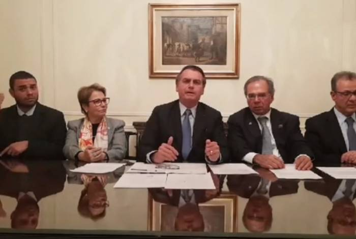 Bolsonaro fez live com ministros da Agricultura, Tereza Cristina, e da Economia, Paulo Guedes