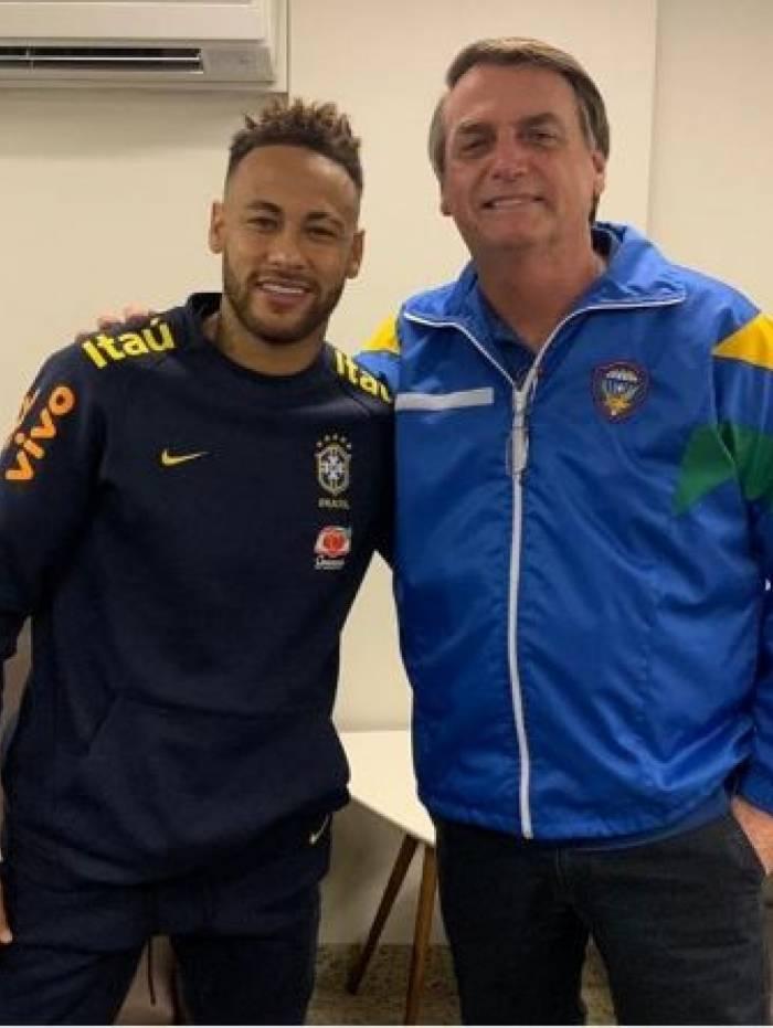 Bolsonaro visita Neymar no hospital
