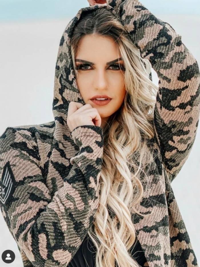 Modelo Aylle Santiago acusa cantor Devinho de agressão