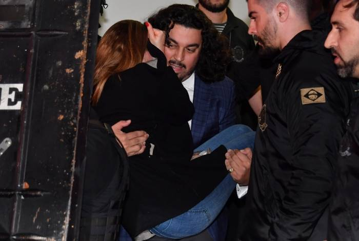 Najila Trindade  sendo carregada por advogado