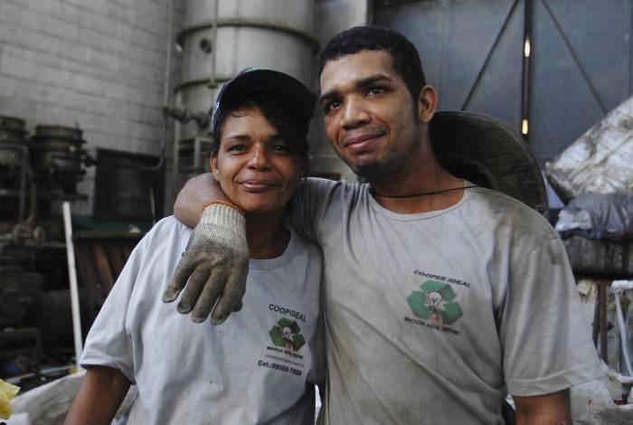 Matéria sobre cooperativa de materiais recicláveis. Na foto. Mãe e filho.Luciana de Carvalho Pimentel e Tiago Pimentel Santos.