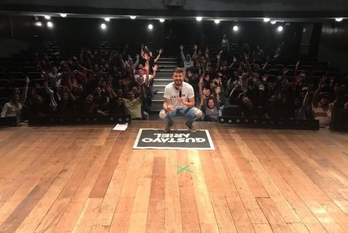Gustavo Ariel estreia espetáculo 'Posso Errar?' no Teatro Miguel Falabella