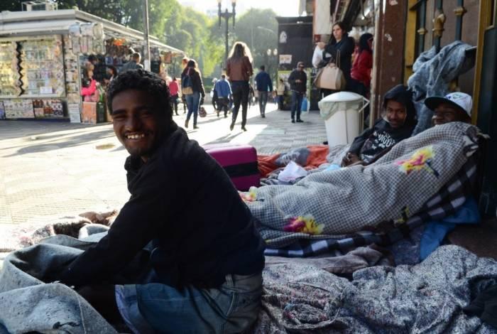 Alessandro Ferreira, Neguinho Tiradentes e Romaria na rua Ipiranga, em frente a praça da República, receberam doações de roupas e cobertores para ajudar a suportar o frio