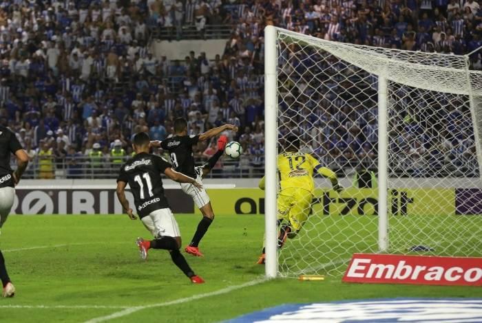 Cícero estica a perna esquerda para fazer o primeiro gol do Botafogo, após receber passe de Diego Souza