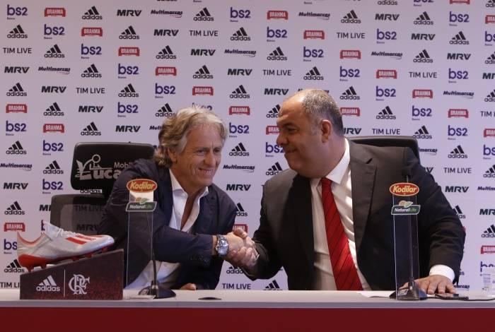 Técnico Jorge Jesus (à esquerda) cumprimenta o vice-presidente de futebol Marcos Braz