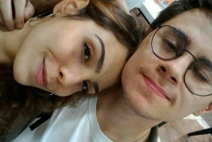 O ator Rafael Miguel e a namorada Isabela Tibcherani. Reprodução/Facebook