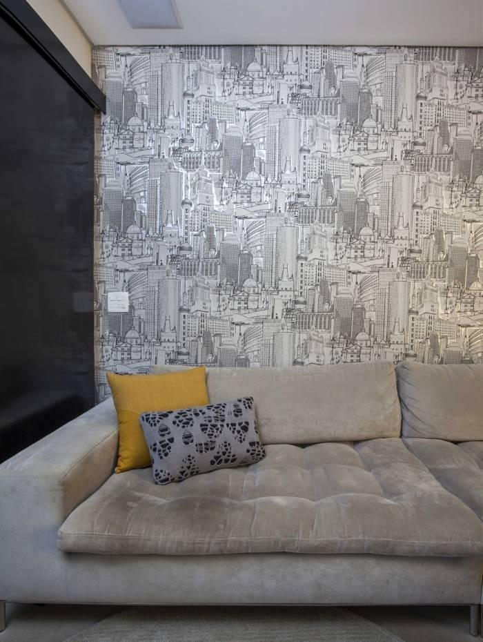 Em ambientes sociais, como na sala, é possível ousar mais nas estampas e cores do papel de parede
