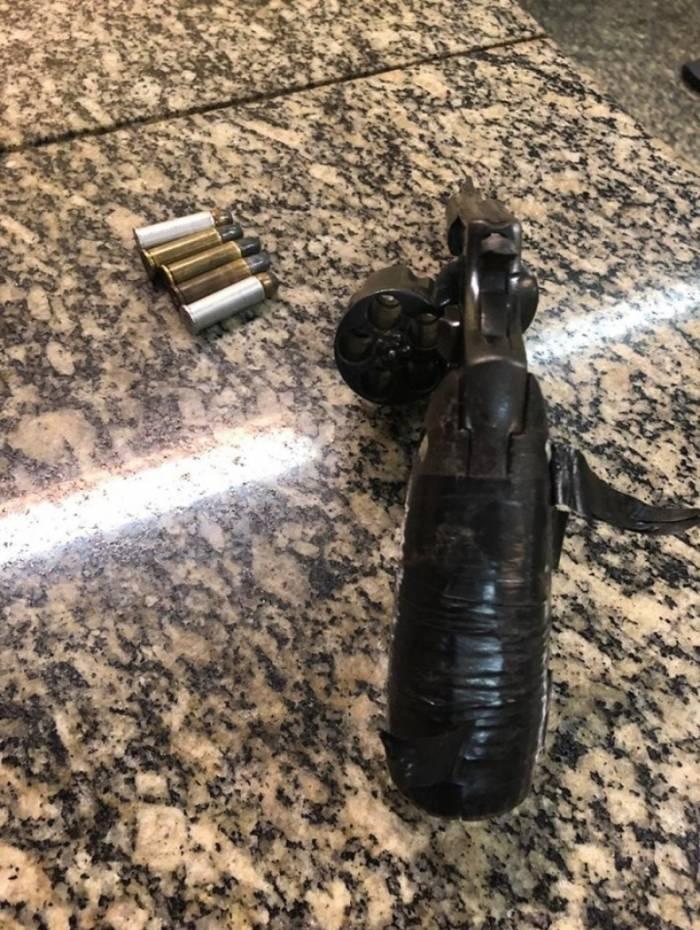 Um revólver calibre 38 foi apreendido
