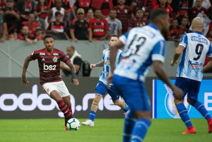 Autor do primeiro gol, Vitinho domina a bola diante da marcação adversária