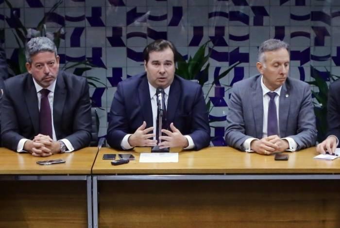 Rodrigo Maia (ao centro) participou de acordo de líderes para retirada de estados e municípios, mas há ideia de o Legislativo incluí-los durante tramitação no plenário