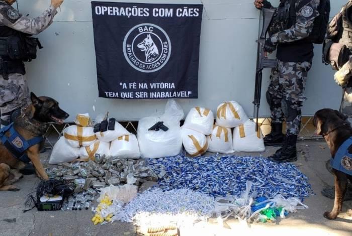 A polícia exibiu o material apreendido na Vila dos Pinheiros. A moradora Sheila (no detalhe) morreu atingida por bala perdida, na Maré