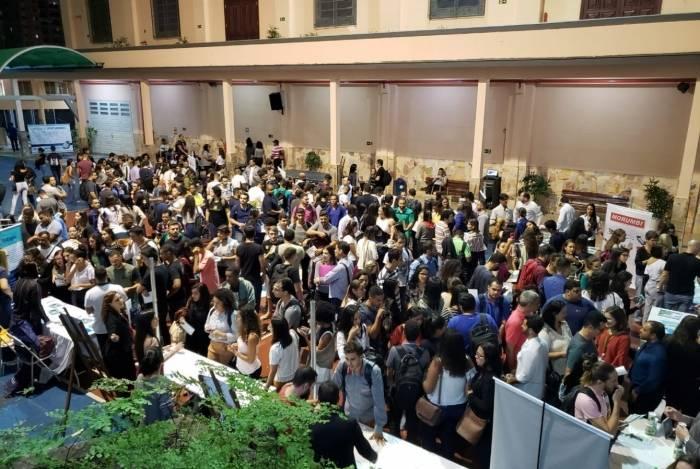 A 4ª Mostra da Oportunidade reuniu mais de 300 pessoas no Isecensa, que buscavam entrar em contato com representantes de 13 grandes empresas, como forma de se recolocar no mercado de trabalho