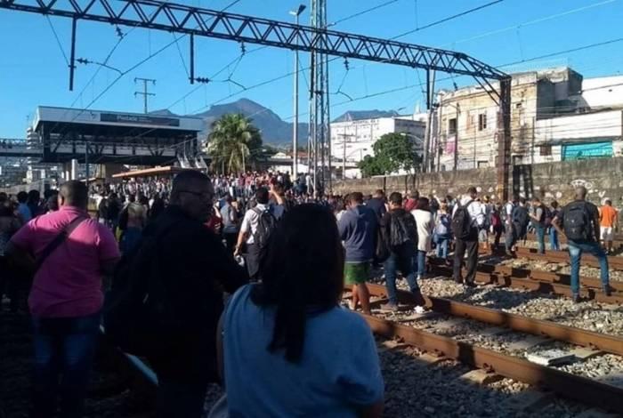 Passageiros tiveram que andar pela linha férrea