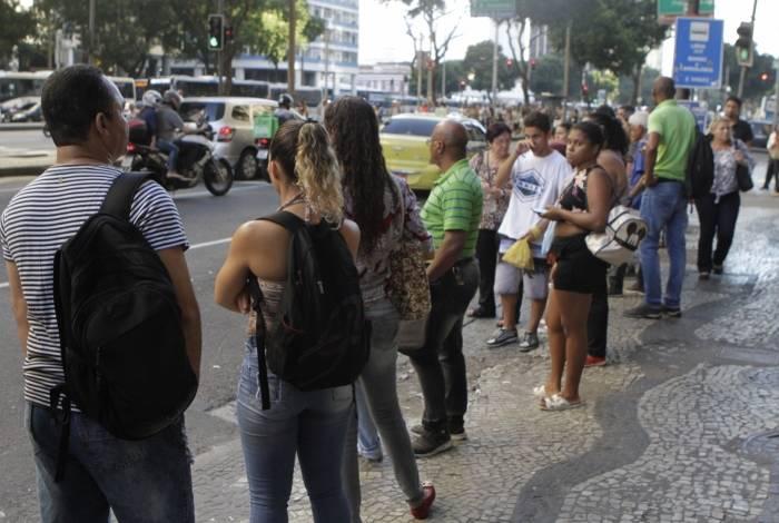 Usuários da linha 369 fazem fila no Centro e reclamam que os ônibus circulares andam sempre lotados. Os carros expressos sumiram e foram substituídos pelos paradores