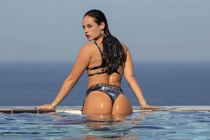 Vivi Guedes (Paolla Oliveira) posa sensual na piscina