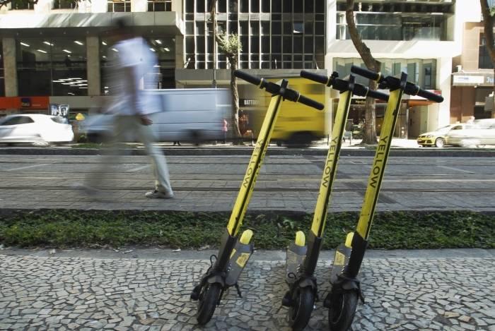 Patinetes no centro do Rio.