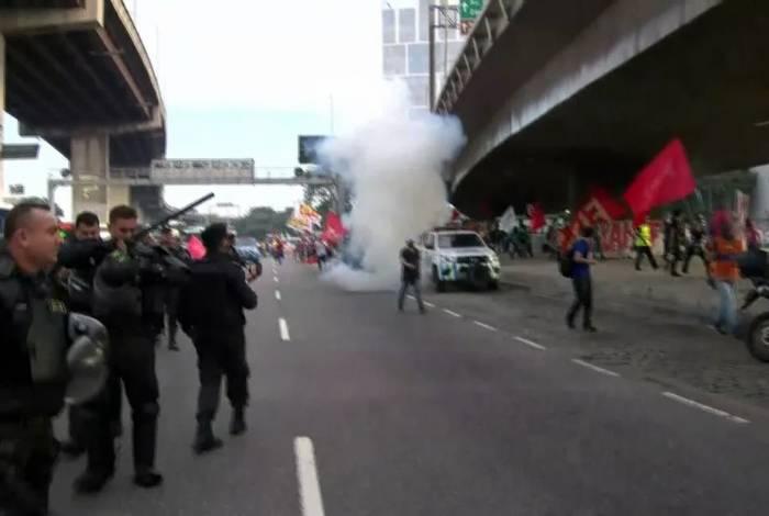 PMs dispersaram manifestantes que se concentraram no Into com bombas de efeito moral