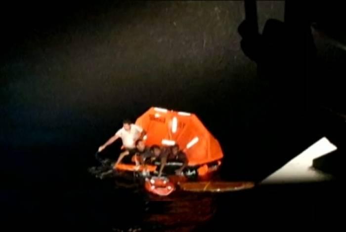 Nove resgatados estavam em um bote e foram socorridos pelo médico do navio-patrulha