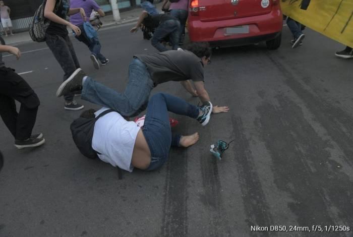 Carro avança contra manifestantes e deixa cinco feridos em Niterói