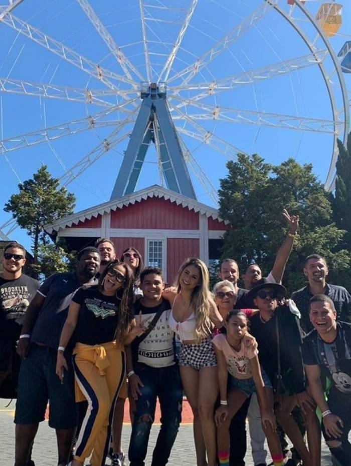 Lexa leva equipe para Parque de Diversão