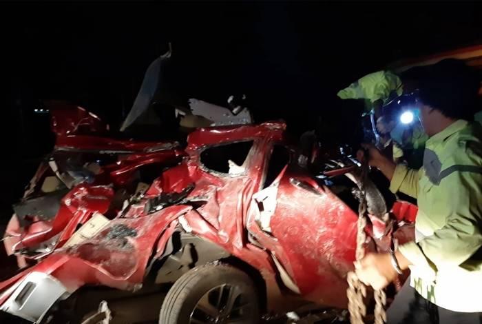 Policiais inspecionam destroços de um carro envolvido em um acidente com um ônibus em uma estrada com pedágio em Majalengka, no oeste de Java, na Indonésia