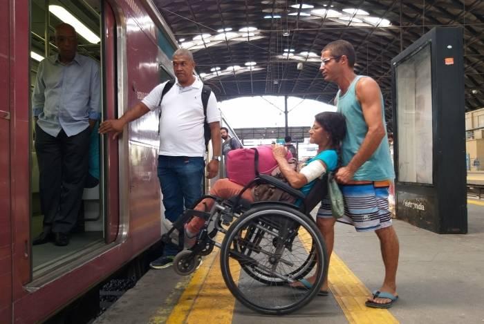 Matéria sobre problemas na Supervia.   Na foto, a senhora Sonia Maria Lima e seu filho, José Henrique Lima, na estação do Engenho de Dentro.