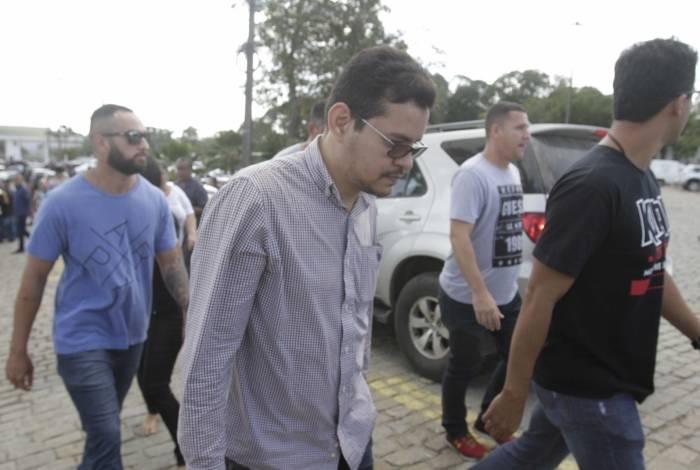 Flávio foi detido logo após o pai ser enterrado. Ele é suspeito de participação do crime e tinha mandado de prisão em aberto por violência doméstica