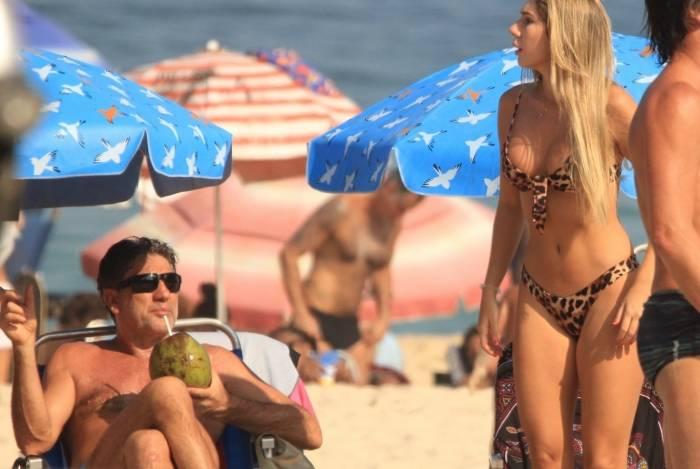 Carol Portaluppi com seu pai Renato Gaucho na Praia de Ipanema no Rio de janeiro