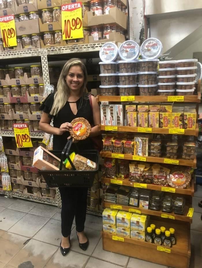 Representante de medicamentos Ariane foi atrás de produtos juninos para a sua festa de aniversário