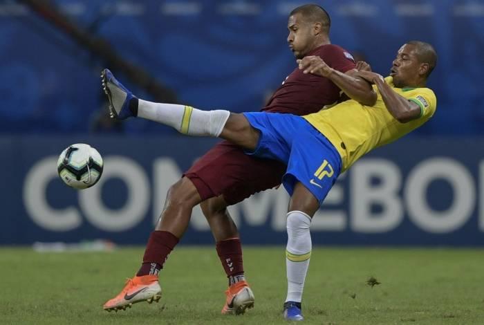 Fernandinho e Rondon se enrolam na briga pela bola