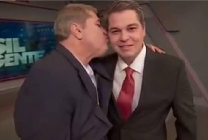 José Luiz Datena dá um beijo no filho, Vicente Datena
