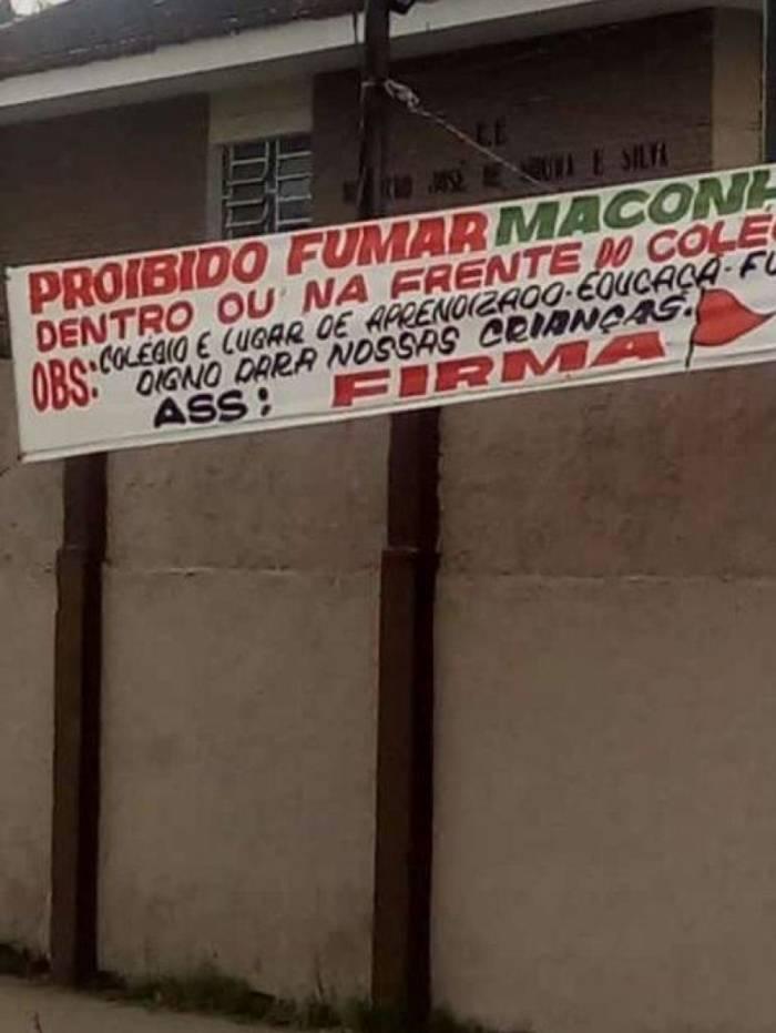 Faixa estava no muro do Colégio Estadual Ministro José de Moura e Silva
