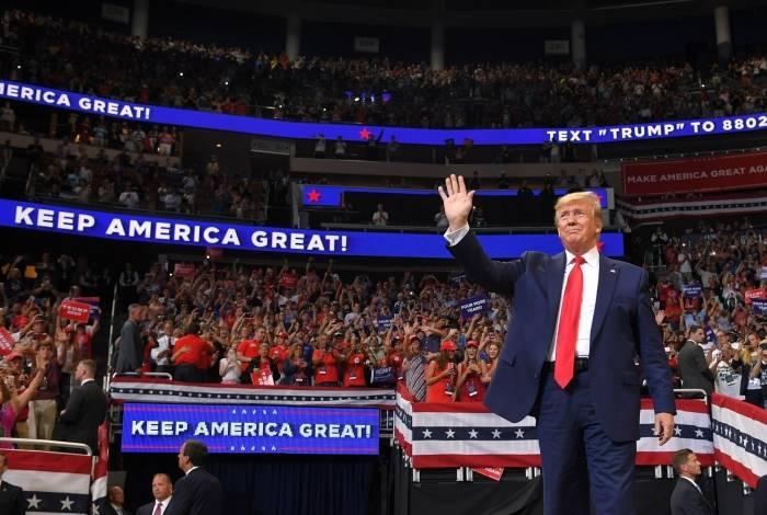 O presidente dos EUA, Donald Trump, chega para falar durante um comício no Amway Center em Orlando, Flórida, para lançar oficialmente sua campanha de 2020