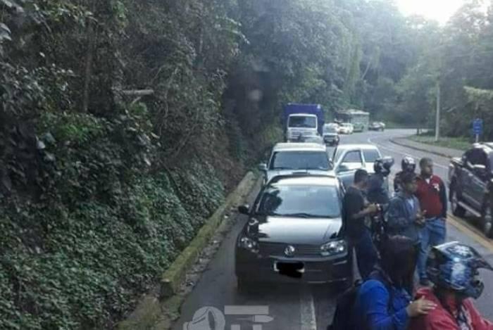 Motoristas paravam no meio da Rio-Santos por conta de tiroteio na Comunidade Sapinhatuba 3, em Angra dos Reis