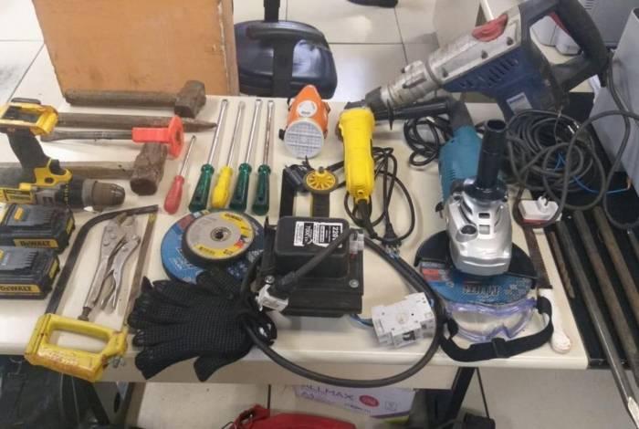 Polícia flagrou suspeitos de tentarem roubar banco em Campo Grande. Três foram baleados e um preso, sendo apreendidas diversas ferramentas que seriam usadas para arrombar a agência bancária