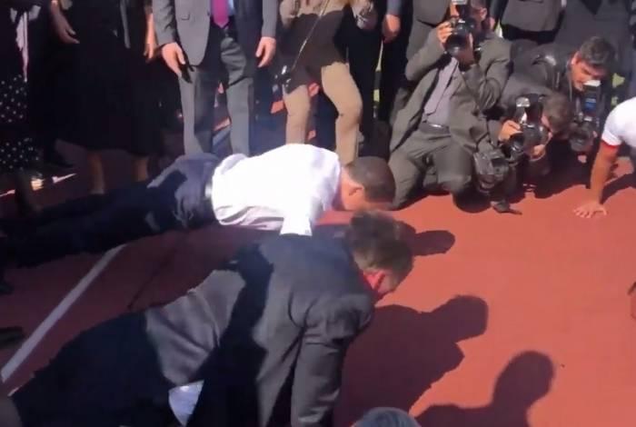Bolsonaro e Doria fazendo flexão em cerimônia em São Paulo